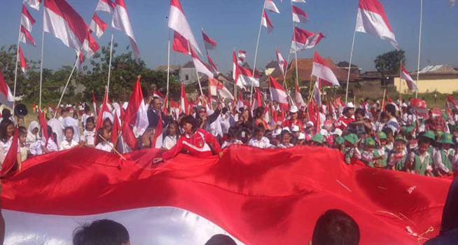 61+ Gambar Orang Kibarkan Bendera Merah Putih Kekinian
